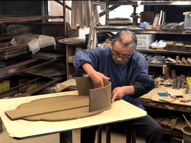 maestro de tokoname en su taller elaborando una maceta para bonsai