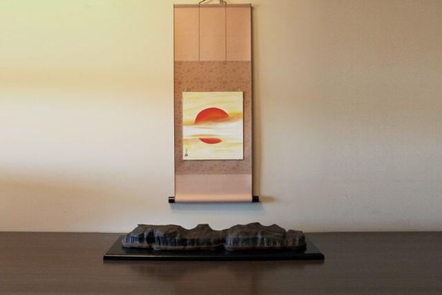 foto de un suiseki con pintura
