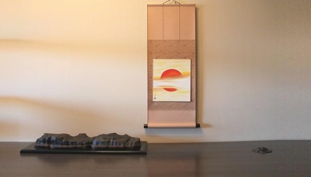 suiseki sobre daiza de madera