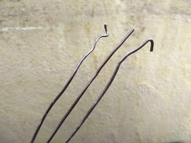 alambre reutilizado para dar formas a los árboles