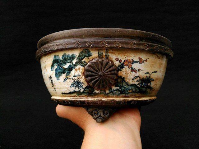 maceta con relieve, esmalte y dibujos de Tosui